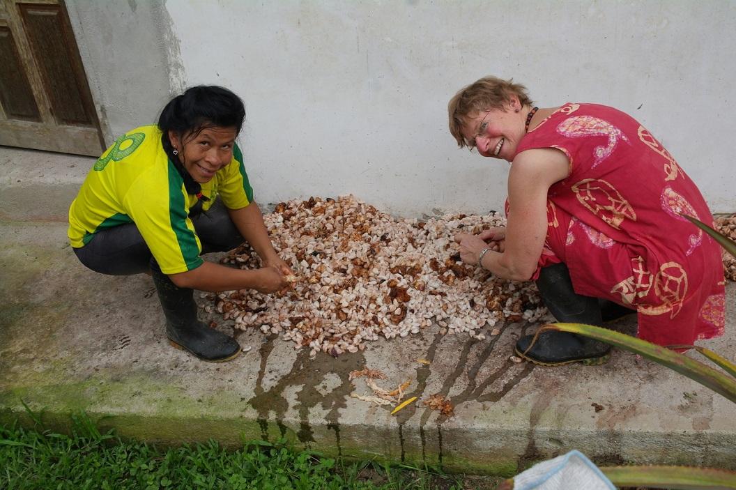28 de oogst van vandaag wordt uitgespreid en samen met Ana de cacaobonen zo vrij mogelijk gemaakt van overtollig vruchtvlees