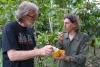 02 verwelkomt door Francisco en van zijn vers geplukte cacaovrucht laat proeven.