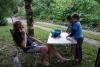 30 zoontje van Anna en Francisco met zijn vriendje vragen nieuwsgierig wie de kindertjes zijn op de foto's van ons tafeltje