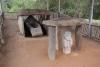 48 graf van een man, met vrouwfiguur op wacht ervoor, vissen in de handen voor de reis naar volgend leven