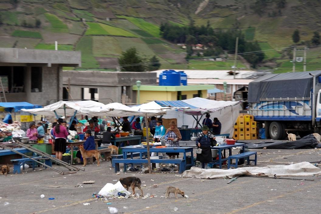 11 de zaterdagmarkt in Zumbahua (hoogte 3800m), waar veel lokale bevolking uit de bergen aan deelneemt, is net afgelopen