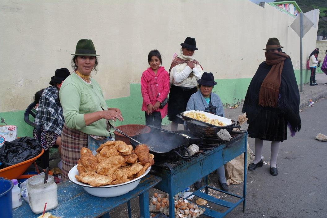 12 stalletje in Zumbahua, we kopen er warme zoete gebakken koeken met suiker (smaakt naar oliebollen)