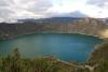 18 Crater de Laguna Quilotoa, zicht op het vulkanische kratermeer