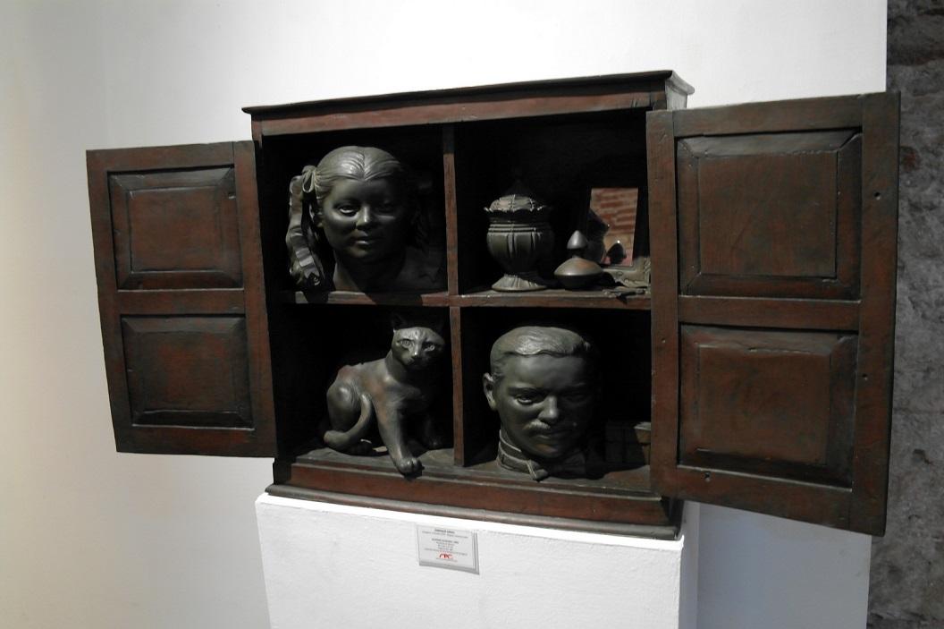 42 alacena olvidada (1992) - vergeten kast (1992) - bronzen sculptuur van Enrique Grau (Cartagena 1920 - Bogota 2004)