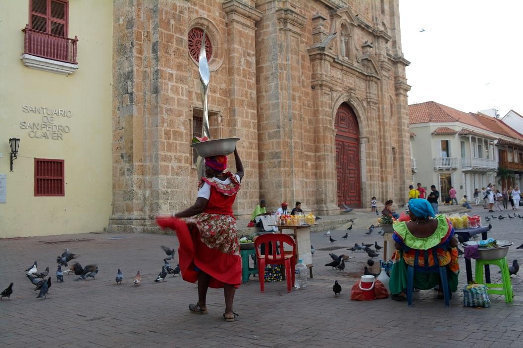 51 kleurige levendige tafereeltjes op Plaza San Pedro Claver