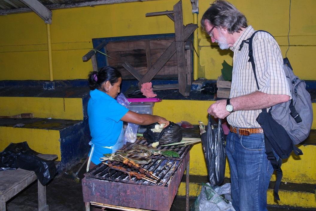 08 we kopen onze avondmaaltijd op de markt in Puerto Francisco de Orellana - Coca