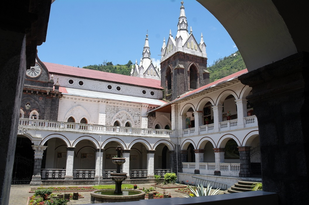 26 binnentuin van Basalica of Nuestra Senora de Agua Santa