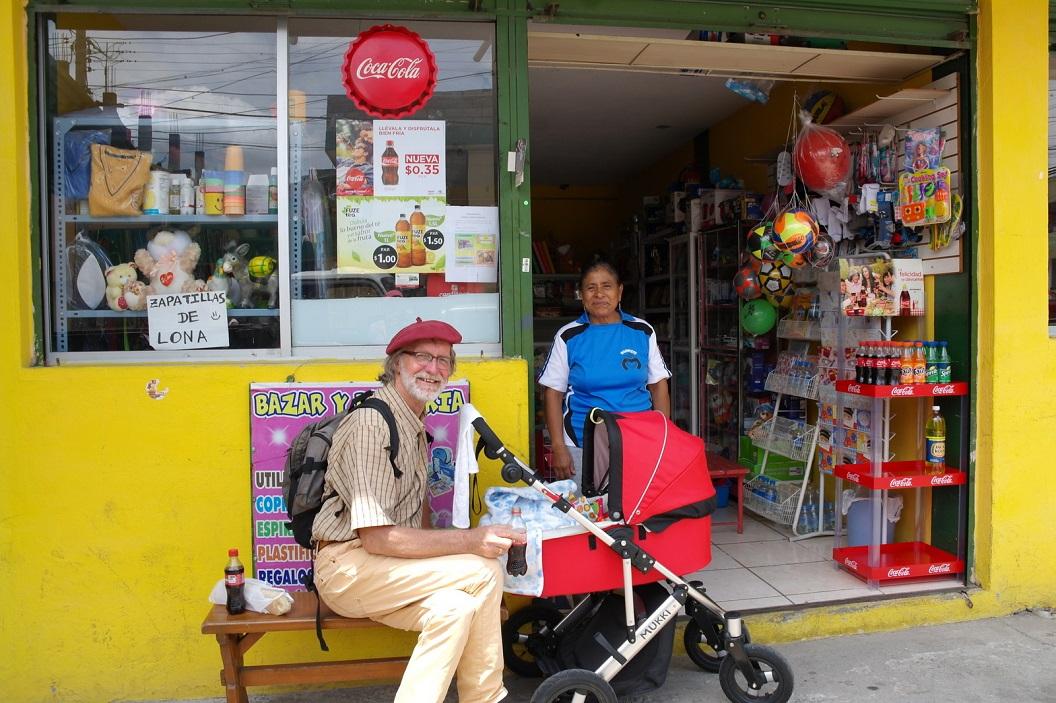 39 tijdens wandeling, samen met Danta naar en door Comuno Lumbisi, tijd voor een flesje Cola!