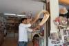 28 Tafi maken in Baños de Agua Santa, bundel taaie suikerrietpasta geslagen om haak deuropening