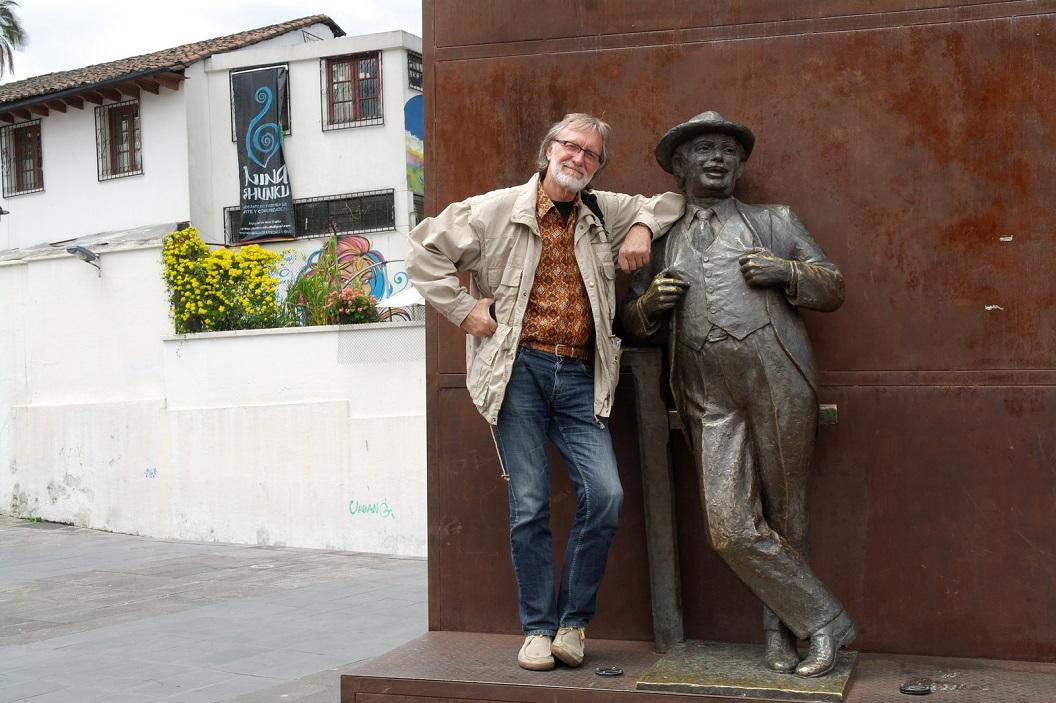 24 samen op de foto met Don Evaristo , de oudste komiek van Quito, geroemd om zijn politieke - ironische grappen