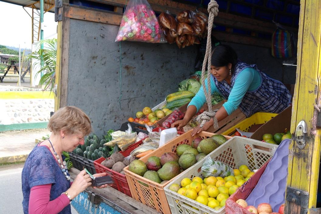 12 groente verkoop vanuit een wagen onderweg in een van de dorpjes