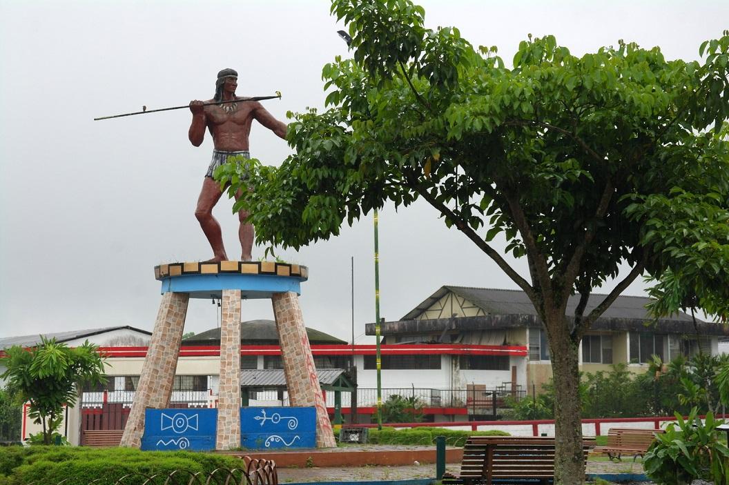 13 Afbeelding van een Shuar op jacht, op de rontonde bij binnenkomst Tena, de hoofdstad van de provincie Napo