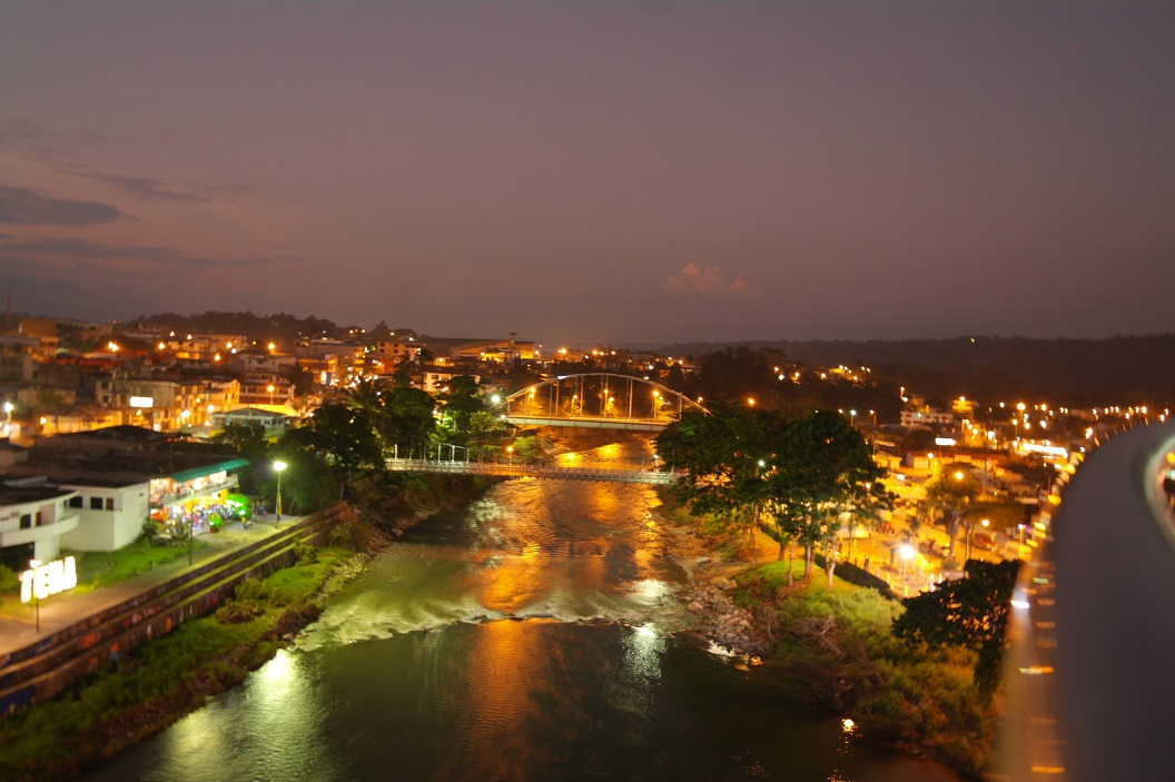 15 uitzicht bij avond over het stadje Tena vanuit de uitkijktoren op de voetbrug over de River Pano