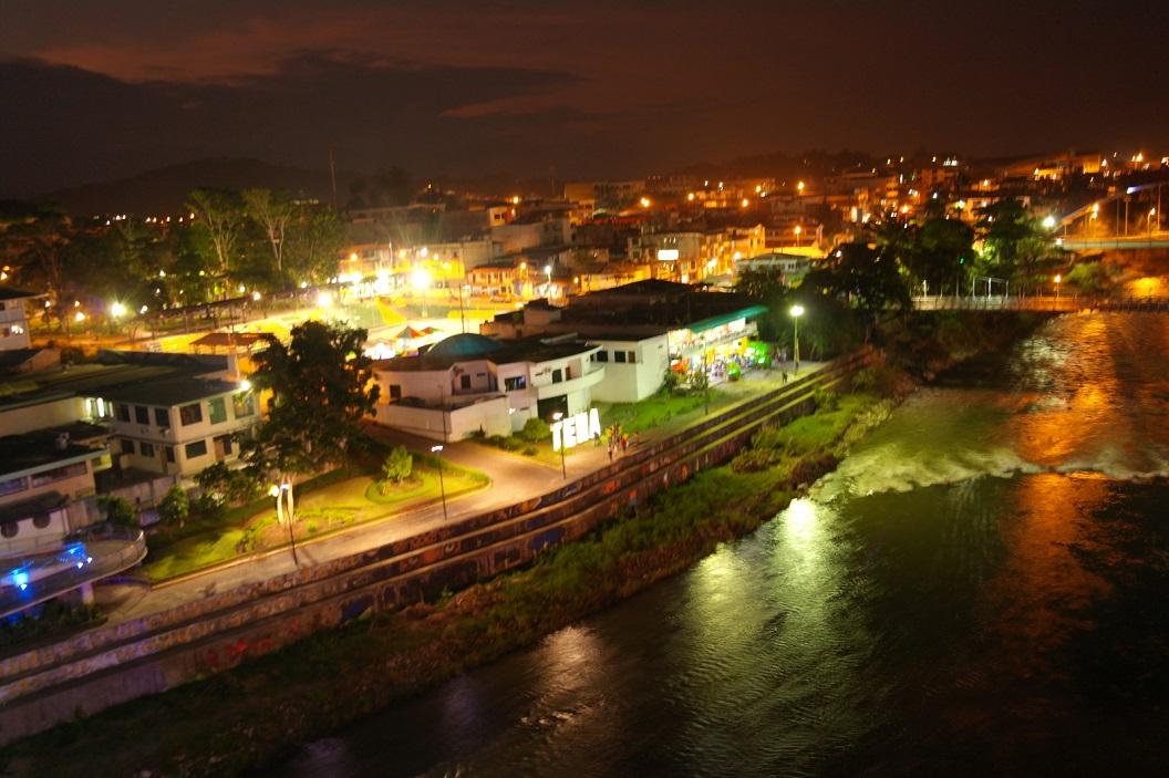 16 uitzicht bij avond over het stadje Tena vanuit de uitkijktoren op de voetbrug over de River Pano