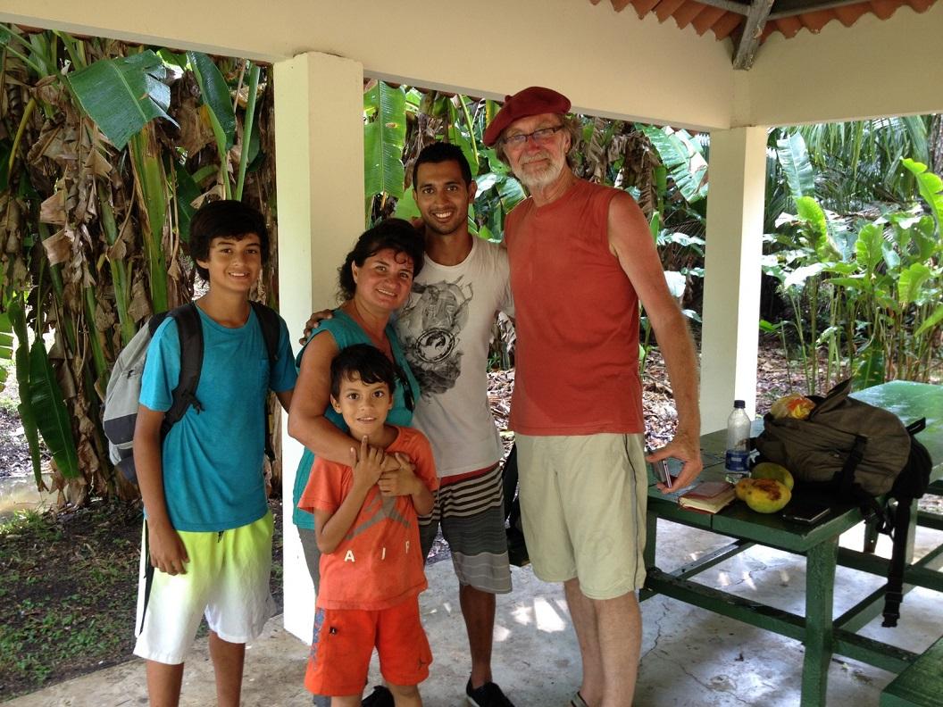 31 in Parque Municipal Panama maken we kennis met Brayan, student tourisme, samen met zijn moeder Martha en jongere broertjes Enrice en Rafael. Martha nodigt ons uit hen thuis te bezoeken IMG_5108