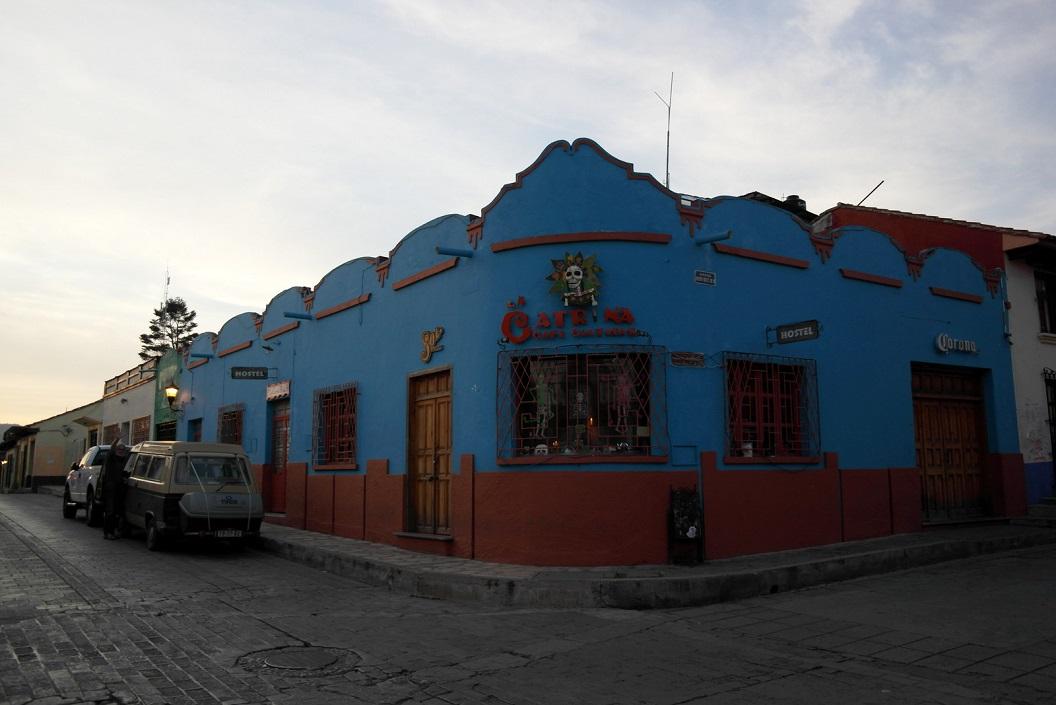 12 in de vroege ochtend vertrekken we vanuit San Cristobal, geparkeerd en geslapen in ons busje voor het Hostel La Catrina SAM_6376