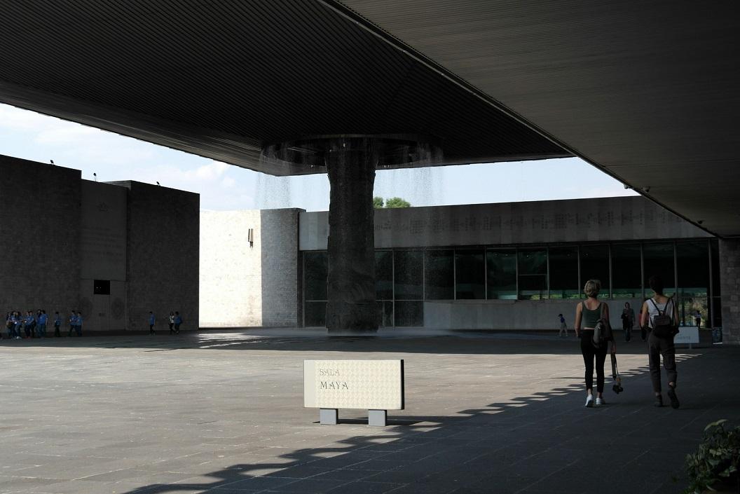 28 op de binnenplaats van het museum, op weg naar de Sala Maya SAM_0353