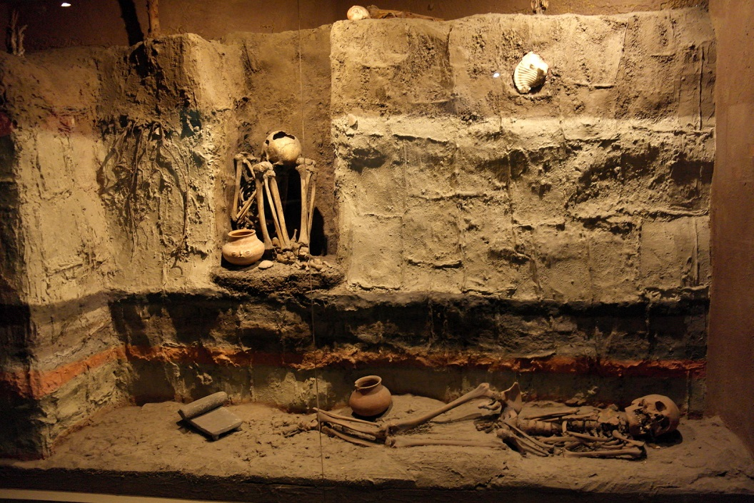32 bij het begraven van de overledene wordt echtgenoot of slaaf mee begraven als hulp op weg naar nieuwe leven, en zelfs gezien als eer SAM_0334