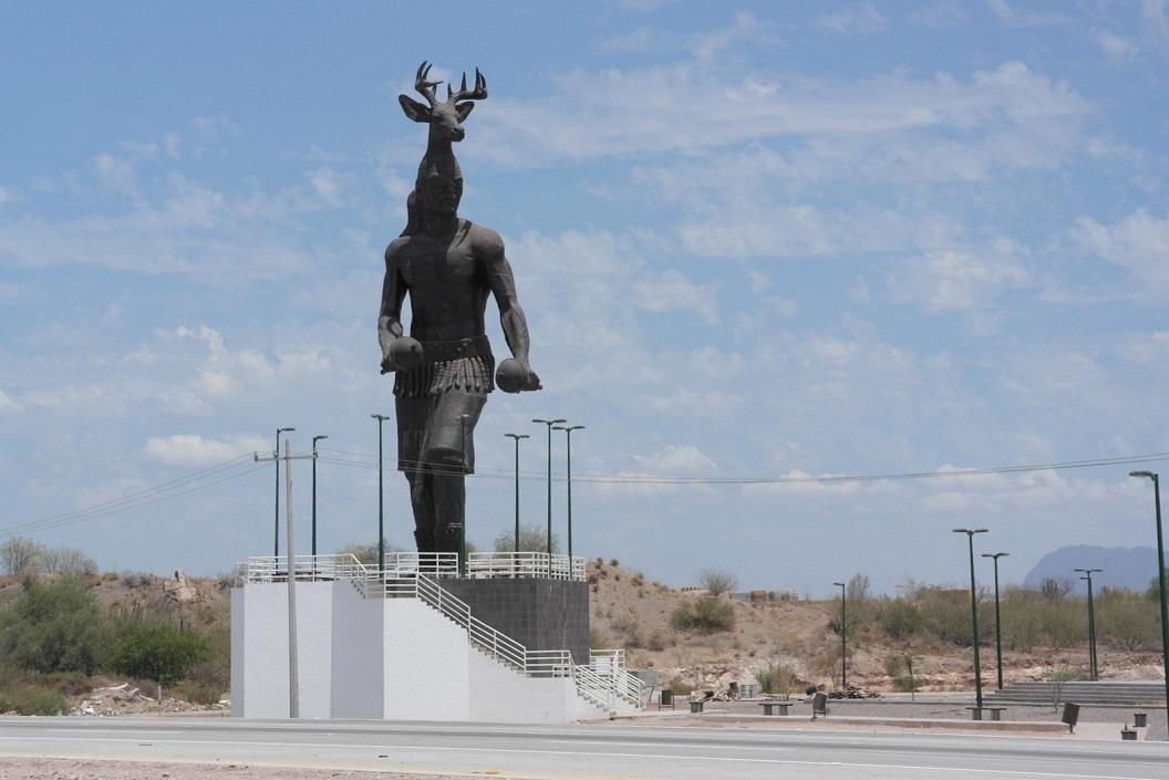 42 opmerkelijk en symbolisch standbeeld op een kruising onderweg, route 15 SAM_1066