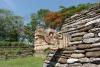 16 de hoge tribunes zijn versierd met karakteristieke Maya symbolen en beelden SAM_6423
