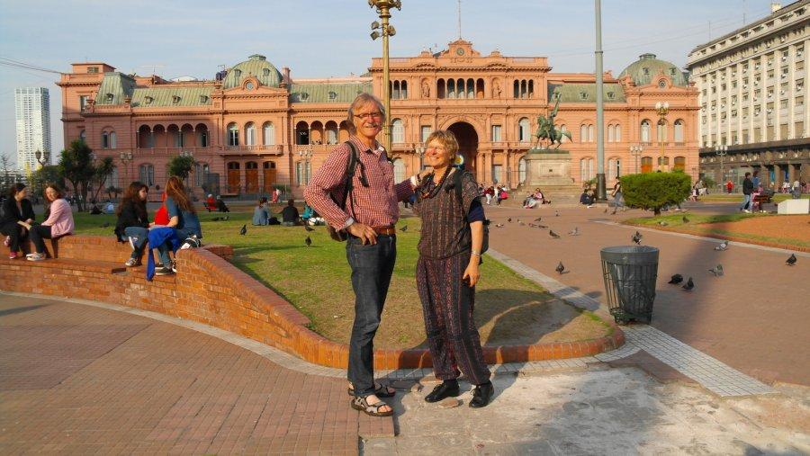 25 Op de achtergrond Casa Rosada