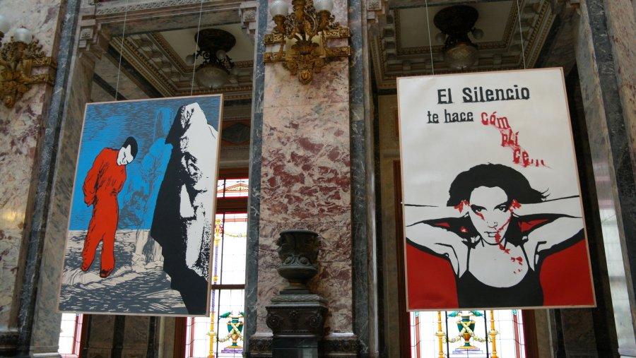 03 El silencio te hace complice = De stilte maakt je medeplichtig.  Schilderingen in Lost Steps Room