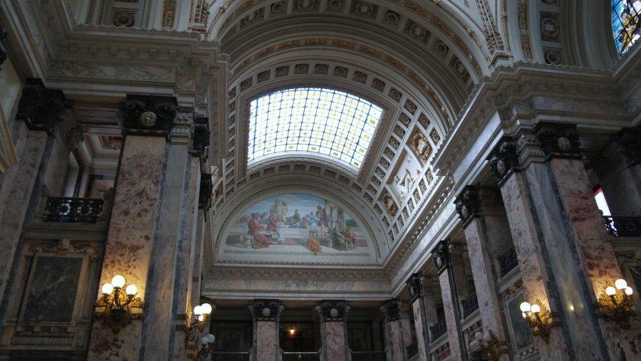08 Plafond met lichtkoepels van glas in lood en rijk aan decoratie