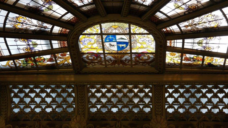 19 In de koepel House of Representatives het wapen met  Symbool Weegschaal-Gelijkheid en Recht, Montevideo Hill-Kracht, Paard-Vrijheid,  Os-Overvloed