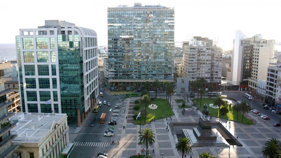 13 omgeven door hoge gebouwen, kantoren, banken, hotels, theater