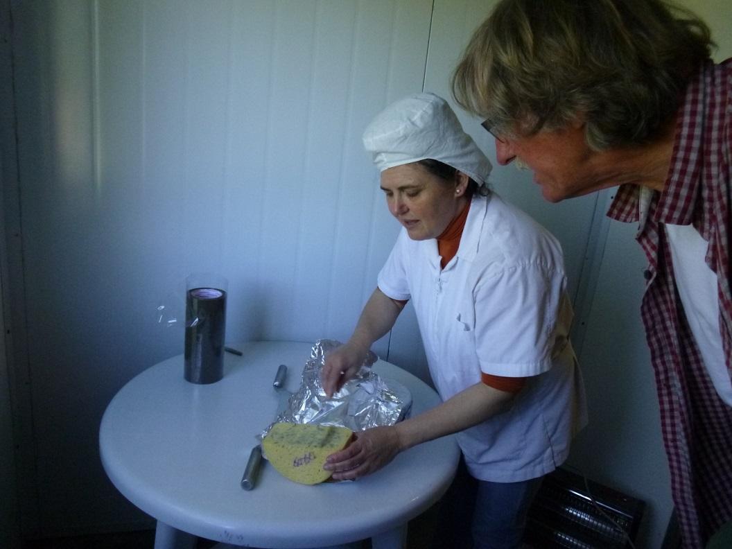 07 2 maand oude blauwe kaas, proeven, heerlijk!We nemen een halve blauwe kaas mee op reis