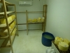 19 verschillende soorten kaas liggen te rijpen en worden binnen het centrum in hun winkeltje verkocht