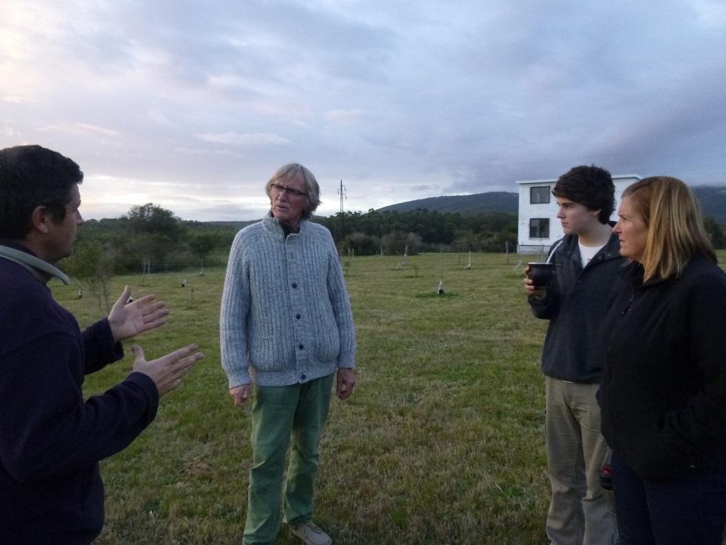 04 Eduardo,Sylvia en hun zoon Guilleaume wonen, werken en studeren nu nog in Montevideo, in de weekenden bouwen ze aan hun boerderij