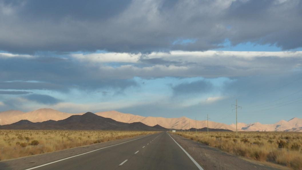 02 de vroege ochtend zon op het  berglandschap van Sierra Del Cobre richting  Susques, route 52