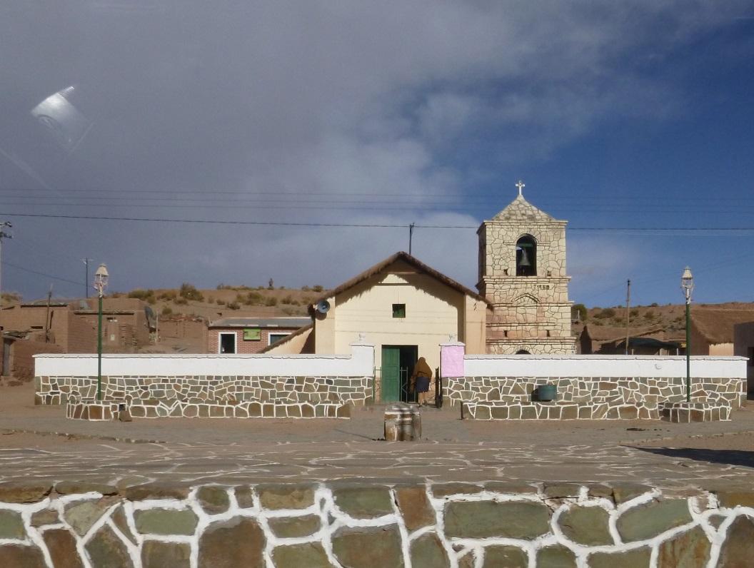 05 In de vroege zaterdag ochtend bezoekt een dorpsbewoonster haar kerkje