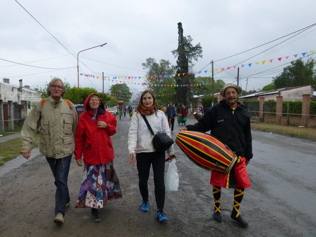 22 in het voorstadje van Salta worden we verrast door feestgangers op weg naar hun Tangombe festival, we worden gelijk meegenomen naar hun feestterrein