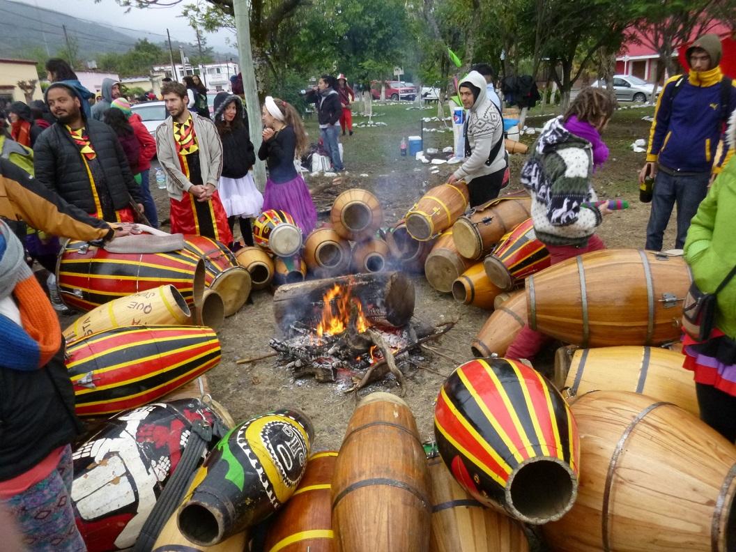 23 hun drums worden bij een vuur op spanning gebracht