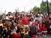 27 vrolijke feestgangers, samen eerst op de foto en dan in actie