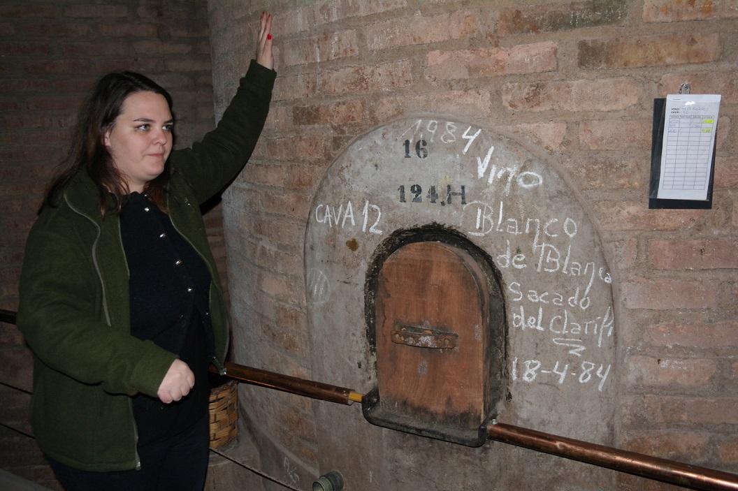 24 uitleg van proces van wijnmaken en de geschiedenis zoals men op deze wijnboerderij is begonnen