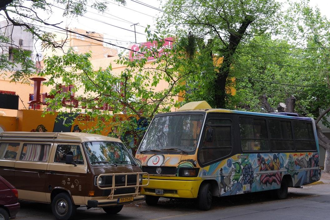 19 de komende dagen in Mendoza slapen we in International Hostel en parkeren ons busje naast hun kleurige bus