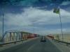17 Kleurrijke brug over een nog droge rivierbedding