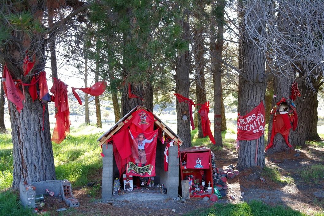 08 onderweg komen we regelmatig kleine kappelletjes, gebeds en of gedenkplaatjes tegen, en opvallend vaak in rode kleuren