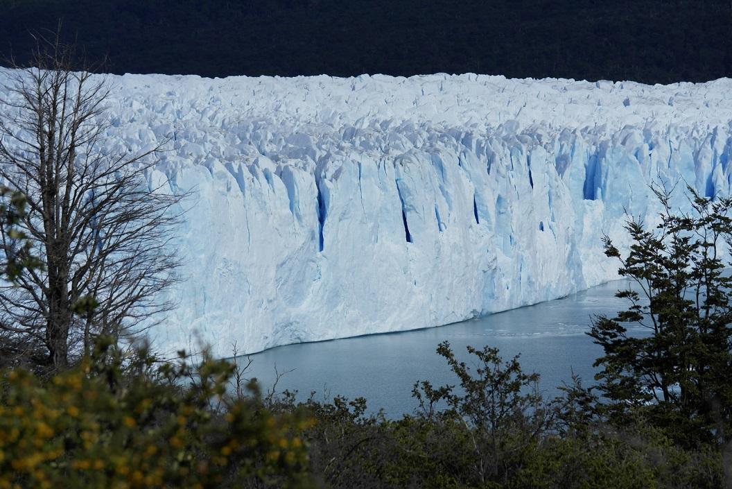 Glanzende zilver en kobaltblauw kleurige gletsjertong