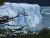 Morenogletcher torend 50 tot 50 meter hoog boven de waterspiegel van het lago Argentino