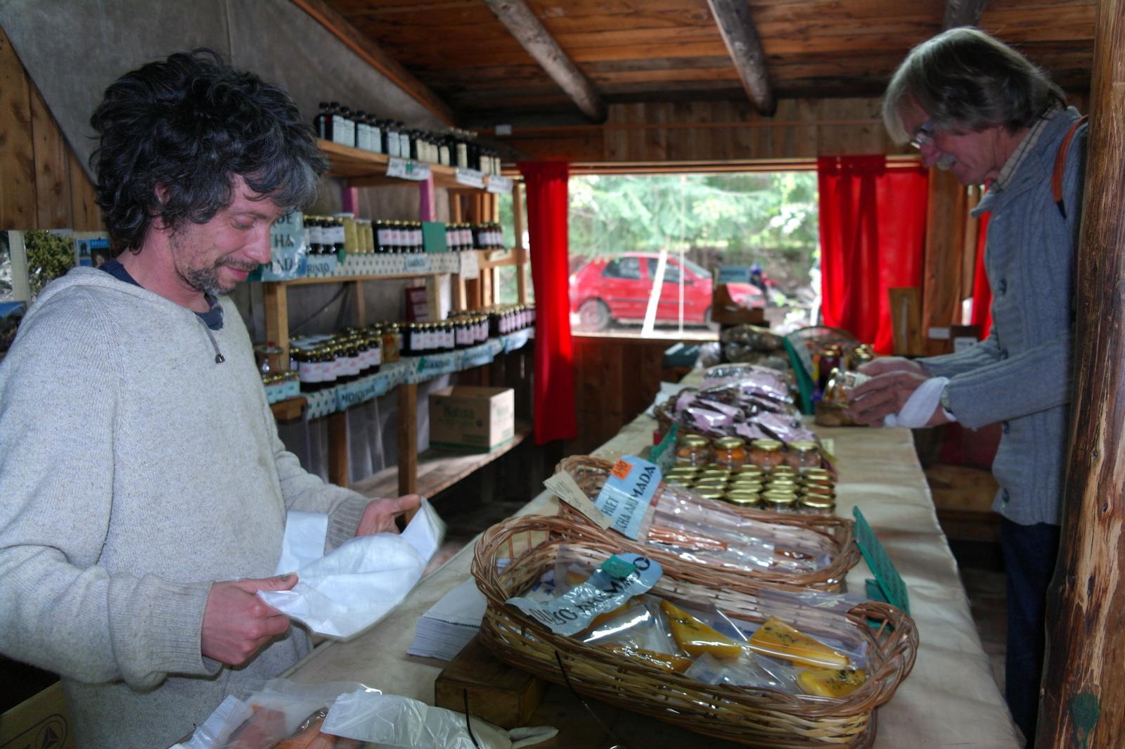 14 bij de plaatselijke zalmkwekerij maken we een stop, kopen er zalm en zelfgemaakte jam