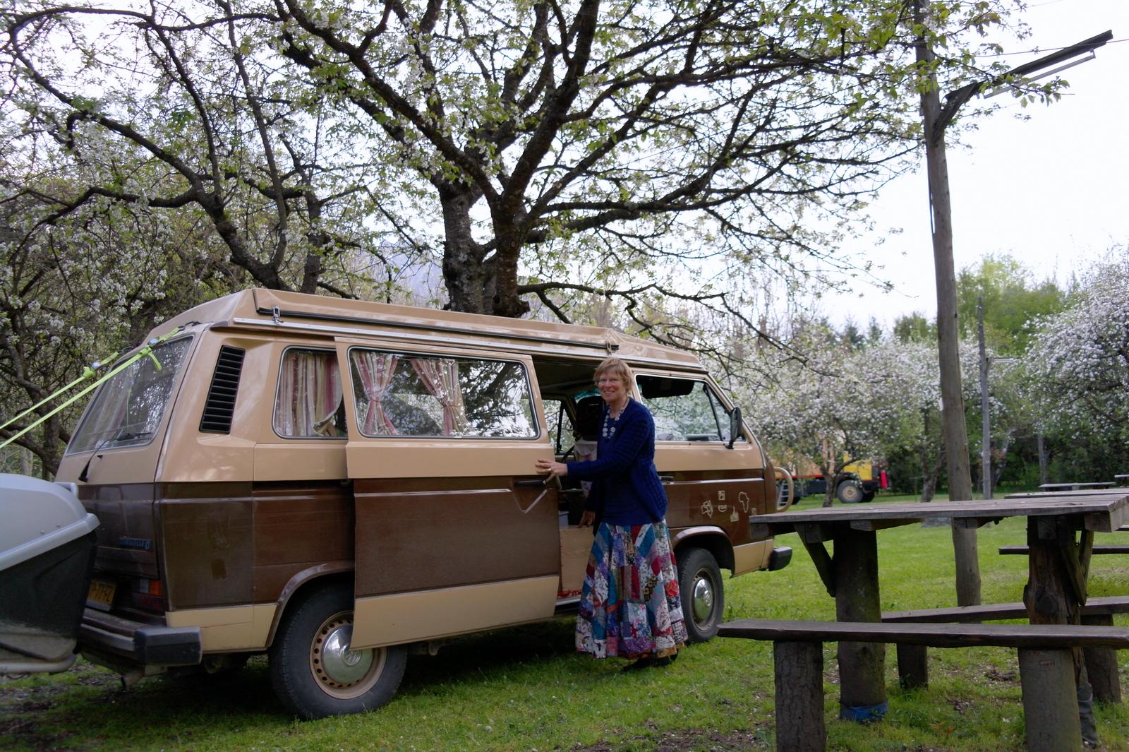 22 en kamperen in de appelboomgaard in volle bloei