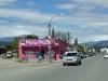 19 Pata Pata schoenenwinkel prominent in beeld bij binnenkomst van het stadje El Bolson