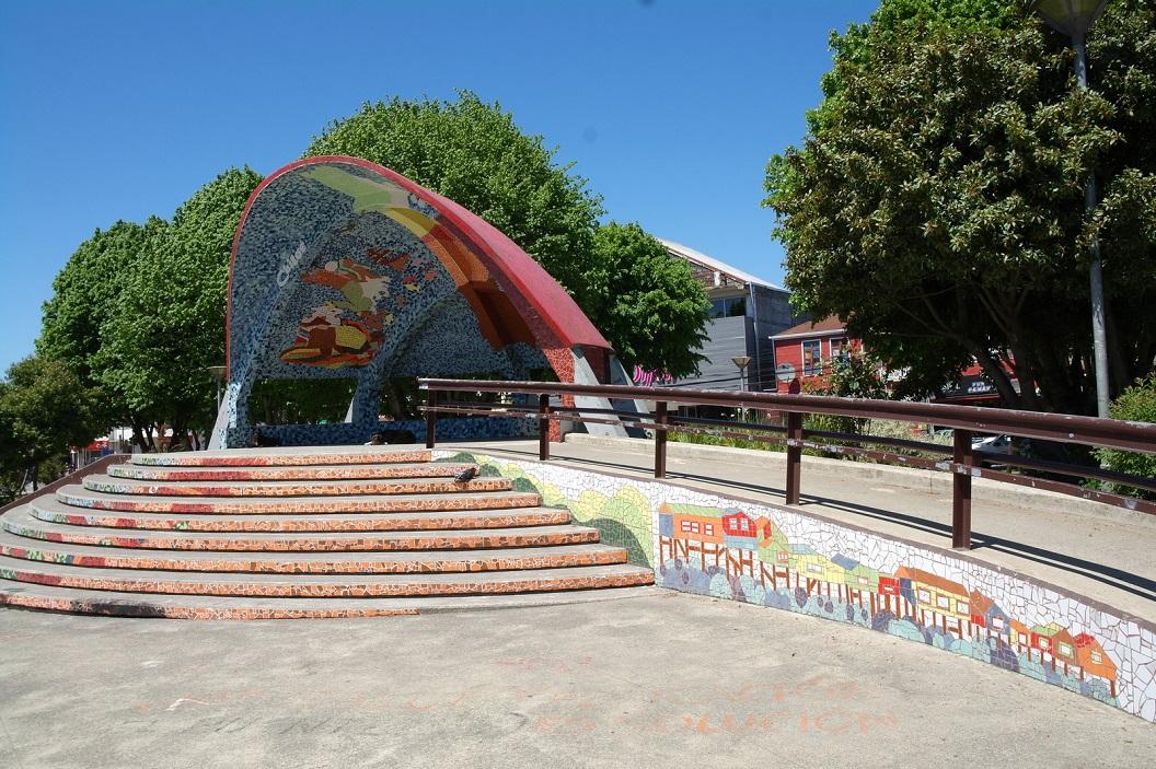 25 opvallende koepel met mozaiek op de Plaza in de binnenstad van Castro