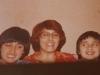 03 1980 moeder Nellie samen met haar kinderen Marco en Omar