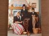 06 ca 1982 Moeder Nellie samen met haar zonen Marco en Omar in klederdracht, Volendam