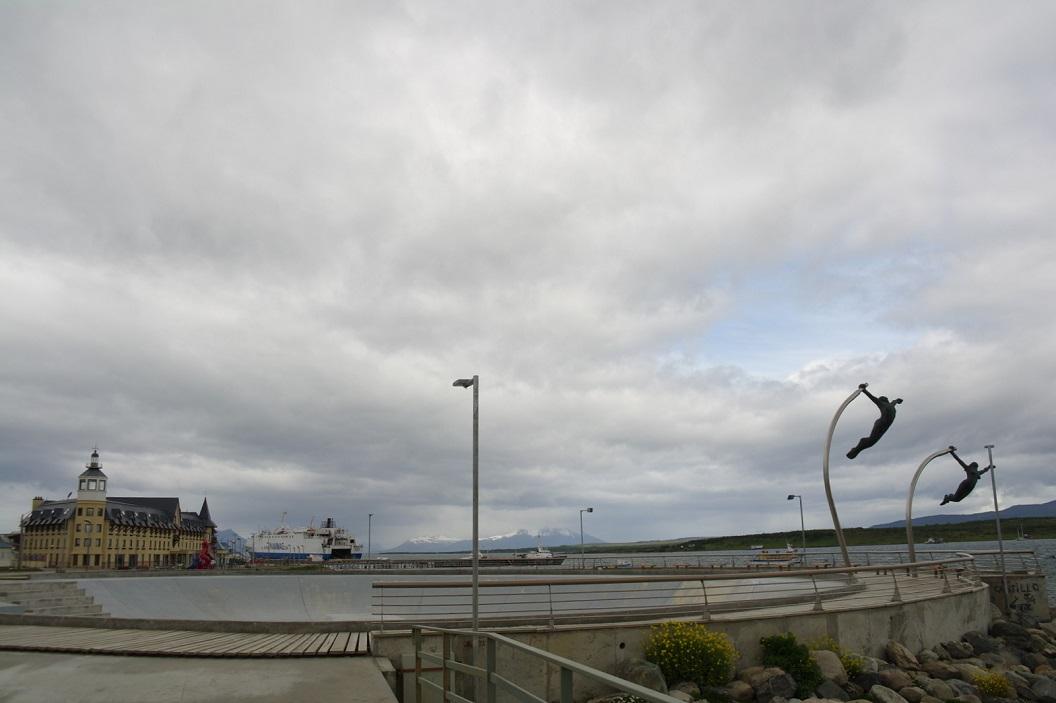 04 zicht op de haven, op de voorgrond indrukwekkende skatebaan